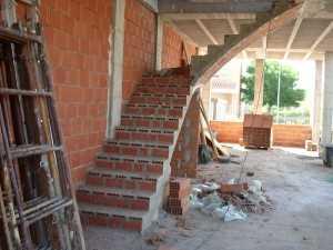 Escalera recta tabicada de boveda a dos tramos